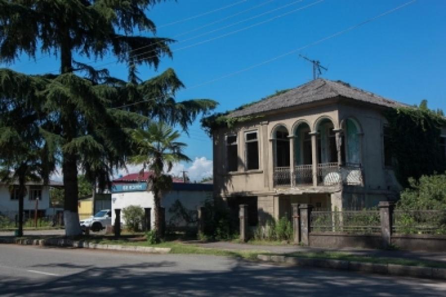 В Очамчыре намерены решить вопрос с заброшенными домами