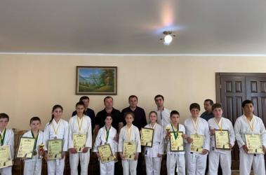 Беслан Бигвава вручил грамоты юным каратистам из села Акуаскиа